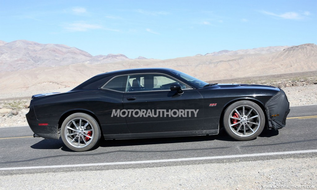 مزيج الصور المتوقعة لسيارة دودج spy-shots-of-a-2015-dodge-challenger-srt8-powered-by-the-hellcat-supercharged-hemi-v-8-02.jpg